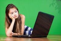 Smutna dziewczyna przy laptopie